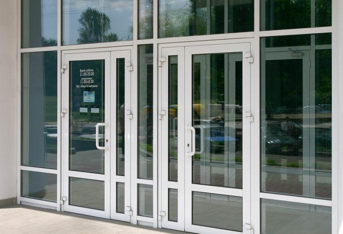 Алюминиевые двери с доводчиком